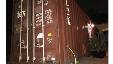 這台看似普通的紅色貨櫃,打開門後眼前景象讓人超療癒