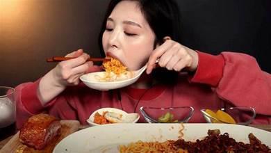 大胃王形象破滅!網抓包「正妹吃播」影片一「神秘暗號」:根本假吃!