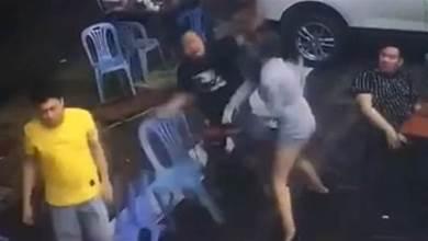 男友1秒遭打趴!短裙女抄塑膠椅爆頭「戰2男」贏了