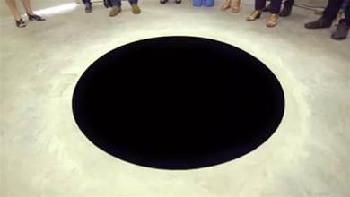 男子逛美術館跌入「神秘黑洞」摔成重傷!館方無奈:那是裝置藝術