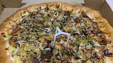 點披薩外送打開竟缺一角!懷疑被偷吃她超氣憤...網友一看:妳先數一數!